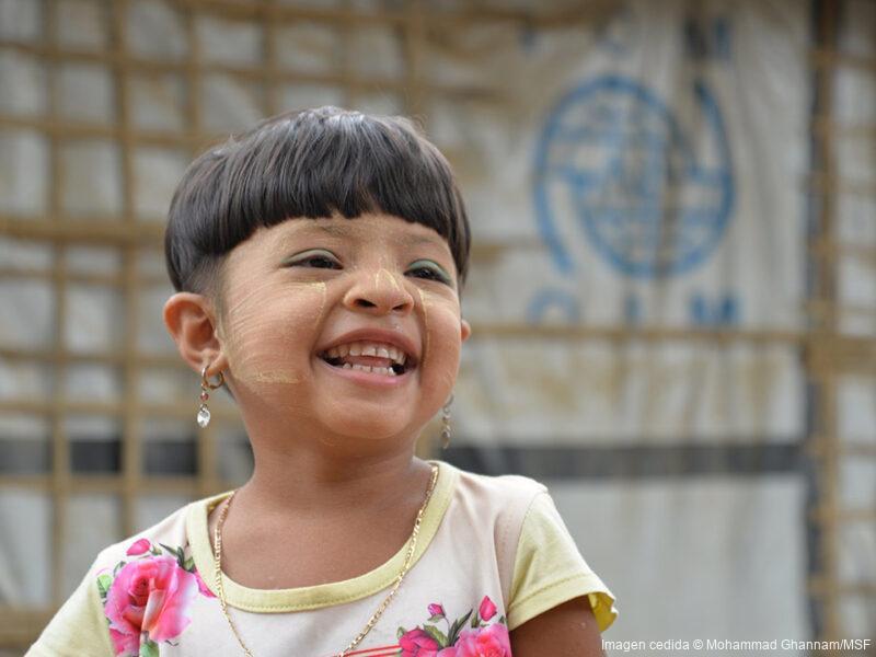 Ammudia tiene cinco años y es originaria del estado de Rakhine, en Myanmar. Llegó al sur de Bangladés el 25 de agosto de 2017 con sus padres y sus dos hermanas. Desde entonces, toda su familia sobrevive en los campos de Cox's Bazar.