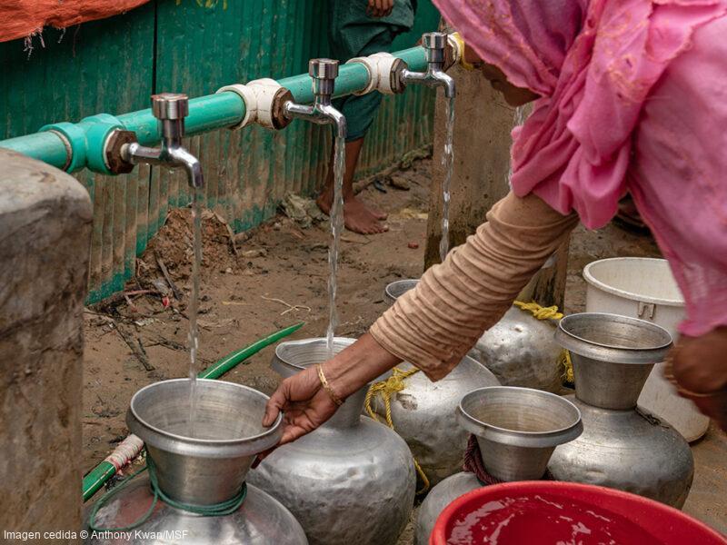 Uno de los problemas más importantes a los que se enfrentan los refugiados rohingya es a la escasez de agua potable. Por eso, hemos construido numerosos pozos que proporcionan agua potable a la población.