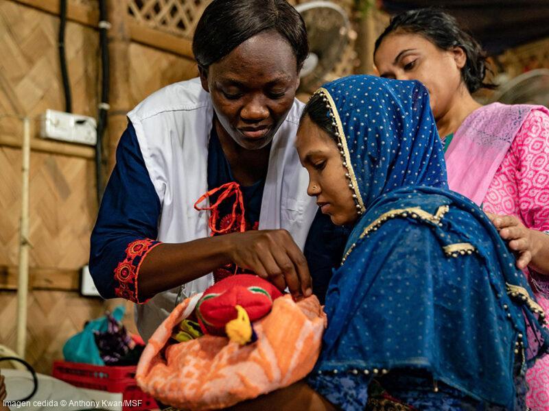 Christine Akoth es una matrona keniata y es la responsable de una de nuestras maternidades en Cox's Bazar. La gran mayoría de mujeres rohingya prefiere dar a luz en sus casas, siguiendo la tradición. Por eso, contamos con equipos de promoción de la salud para intentar convencer a las mujeres y a los líderes de la comunidad sobre las ventajas de parir en estructuras sanitarias atendidas por profesionales.