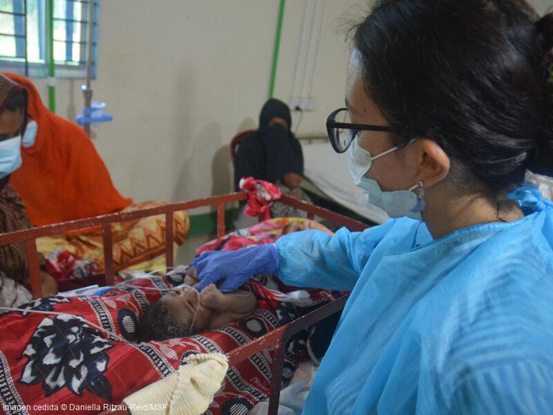 La pediatra Ferdyoli Porcel visita a uno de los bebés ingresados en la unidad de neonatología del Hospital de Goyalmara.