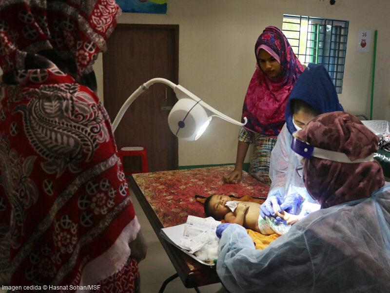 Un equipo de médicos y enfermeras trata a un bebé ingresado en nuestro hospital de Goyalmara, donde contamos con servicios de pediatría, neonatología y maternidad.
