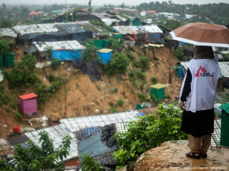 Tanbin Muftah, empleado de MSF, observa desde una colina el campo de refugiados de Jamtoli (donde tenemos una clínica de atención primaria).